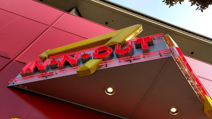 in-n-out entrance sign